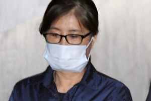 [서울포토] 마스크 쓰고 고개 숙인채 법정 향하는 최순실