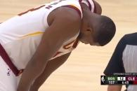 개막전서 발목 부러진 동료 위해 기도하는 NBA선수들