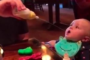 [별별영상] 아빠에게 아기 우유 먹이게 했더니…