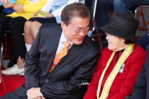 [서울포토] 친근하게 다가서는 문재인 대통령 '정다운 대화'