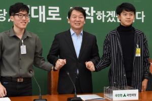 [서울포토] 학생들 손 잡은 안철수 대표