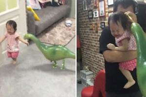 '공룡이 쫓아와요' 아빠 장난에 기겁하는 유아