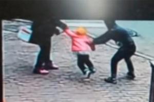 어린 딸 노린 납치범 발로 차 제압한 아빠