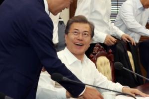 """[서울포토] """"커피 여기 있습니다""""… 문 대통령에게 찻잔 건내는 임 비서실장"""