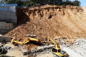 또 와르르… 용인물류센터 옹벽 무너져 1명 사망