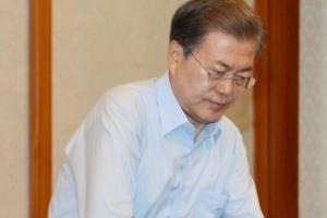 [서울포토] 양복 상의 벗는 문재인 대통령