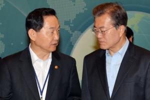 [서울포토] 김상곤 장관과 이야기 나누는 문재인 대통령