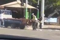[단독] 도로에 떨어진 합판…팔 걷고 나선 시민들