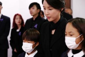 [포토] '故 신해철 3주기 추모식'에 참석한 부인 윤원희씨와 두 자녀