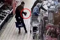 쇼핑 중인 할머니 지갑 훔치는 2인조 소매치기범