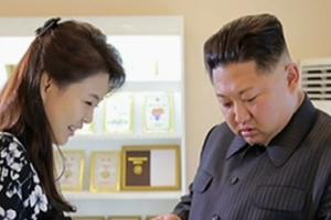 김정은, 화장품 공장 시찰에 부인 리설주와 함께 나선 이유