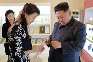 [포토] 화장품 살펴보는 김정은과 리설주