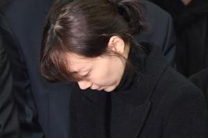 [서울포토] 故 김주혁 발인…고개 떨군 이유영