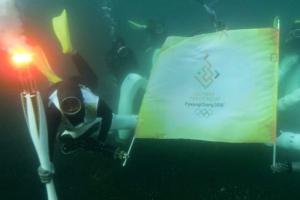 해저 로봇과 해녀가 함께… 성화 첫 수중 봉송