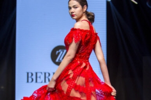 [포토] 강렬한 '하의 실종' 시스루 드레스