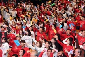 [서울포토] 종이비행기 날리는 평창동계올림픽 자원봉사자들