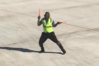 비행기 유도하며 춤추는 공항직원 화제