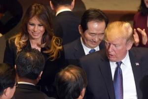 [서울포토] 의원들과 인사 나누며 퇴장하는 트럼프 대통령 내외