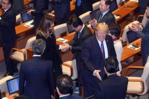 [서울포토] 의원들 박수 받으며 퇴장하는 트럼프 대통령 내외