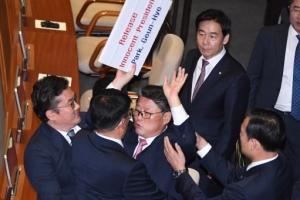[서울포토] 조원진, 본회의장서 '박근혜 석방' 피켓 시위…강제 퇴장