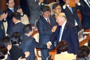 [서울포토] 의원들과 악수 나누며 퇴장하는 트럼프 미국 대통령