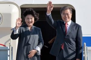 """[포토] """"잘 다녀오겠습니다""""… 문 대통령, 동남아 순방 출국"""