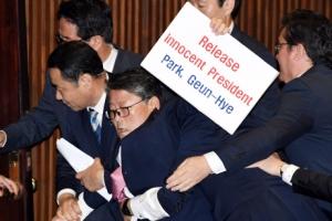 [서울포토] 국회 본회의장서 피켓 시위 벌이다 쫓겨나는 조원진