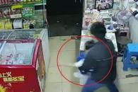 상점 주인 딸 납치해 도망치는 中 인신매매범
