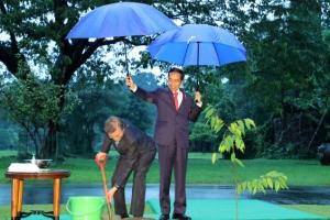 [포토] '서로의 우산이 되어' 한·인니 정상