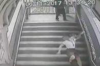 계단 내려가는 여성 발로 걷어찬 남성