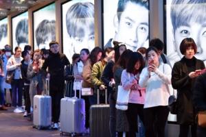 국내 면세점에 줄 선 中관광객·보따리상