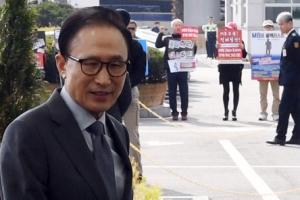 [서울포토] 인천공항 귀빈실로 향하는 이명박 전 대통령