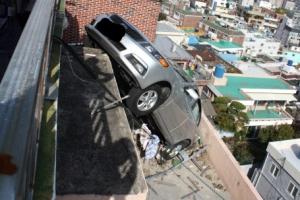 [포토] '아찔'…후진하다 추락한 택시