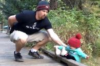 다리서 떨어지는 아이 구한 아빠의 순발력
