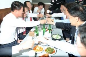 [포토] '건배~' 화합주 마시는 자유한국당
