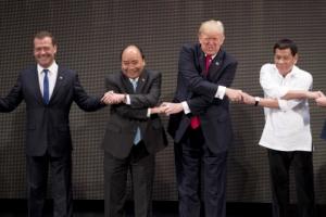 트럼프 APEC 정상 단체 악수사진 논란…사진기자의 복수?