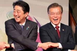 [포토] 문재인 대통령-아베 총리, 손잡고 '함박 웃음'