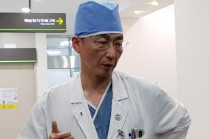 """이국종 교수 """"귀순 병사 2차 수술 성공적…여전히 위중"""""""