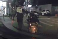 길 잃은 노인과 경찰의 따뜻한 동행