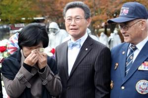 [포토] 추미애 대표, 한국전 참전용사 앞에서 절로 눈물이