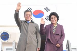 [서울포토] '잘 다녀왔습니다' 문재인 대통령, 동아시아 3개국 순방 마치고 귀국
