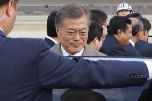 """[포항 5.4 지진] 文대통령 """"시험 불가능"""" 김부겸 보고 받고 연기"""