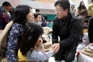 [포토] 포항 지진대피소 찾아 이재민 위로하는 유승민