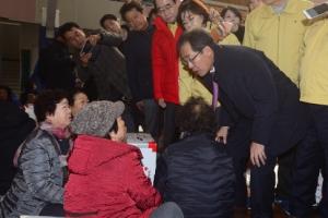 [서울포토] 포항 지진대피소 찾아 이재민 위로하는 홍준표 대표