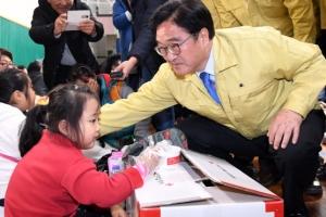 [서울포토] 포항 지진대피소 찾아 이재민 위로하는 우원식 원내대표