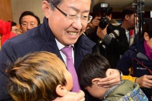 [서울포토] 지진대피소 아이들 위로하는 홍준표 대표