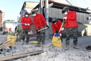 [서울포토] 지진 피해지역 복구작업 나선 해병대원들