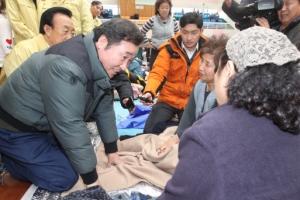 [서울포토] 지진 피해 이재민 위로하는 이낙연 국무총리