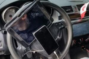 핸들에 손전화와 태블릿 묶어놓은 캐나다 운전자에 7만원 딱지