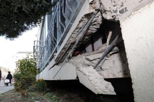 포항 지진 피해...'조금씩 기울어져가는 아파트'[포토]